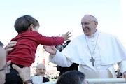 Vivendo os valores do Evangelho no nosso quotidiano, encarando nossos . francisco papa crianã§a toca aqui