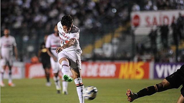 Com gols de Pato e Rogério Ceni, o São Paulo foi recompensado pelas boas atuações ao fazer 2 a 0 no Figueirense, fora, pela 18ª rodada do Brasileiro