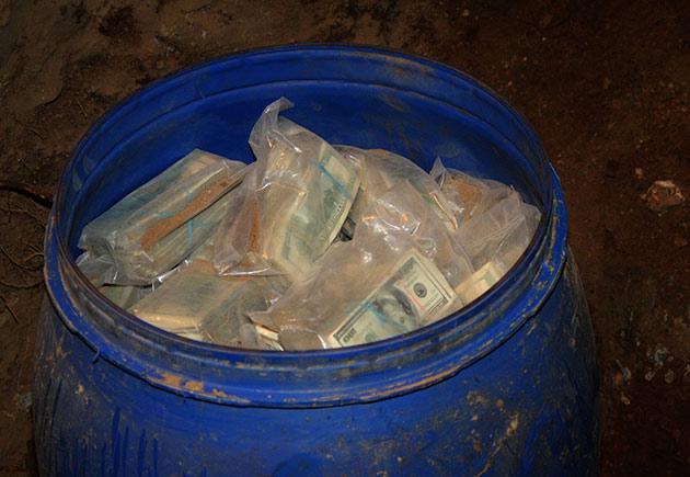 فلاح يعثر على 600 مليون دولار في أرضه بالصدفة و يسلمها للحكومة