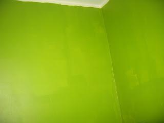 стены на кухне, первый слой зеленой краски, угол у мойки