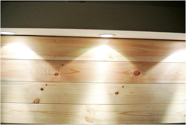 oświetlenie nad biurkiem DIY, jak umocować deski na ścienie DIY