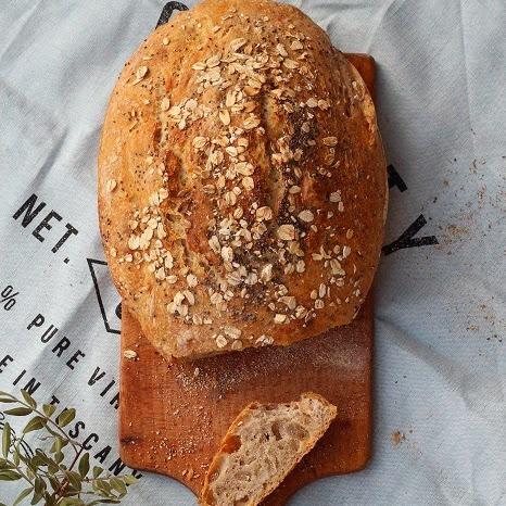 Pszenno-żytni chleb z garnka z płatkami owsianymi i nasionkami chia
