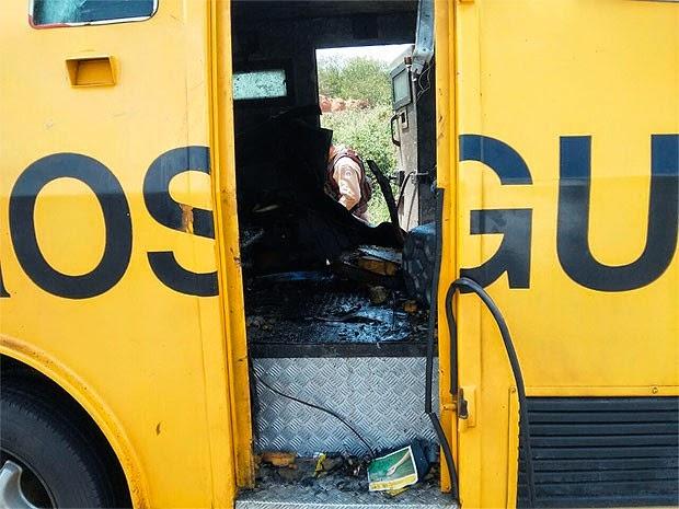 Quadrilha jogou dinanimtes dentro do veículo e fugiu levando dinheiro (Foto: Blog Cotidiano Policial)