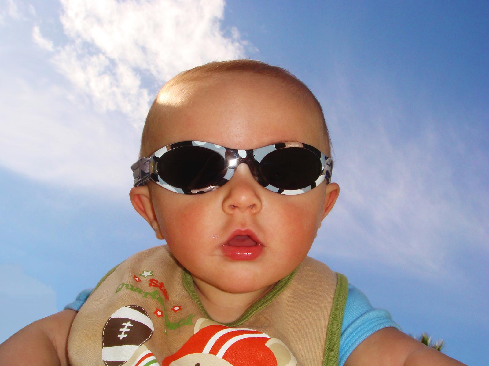 http://3.bp.blogspot.com/-2J-ynRNAaYk/Tk1I2gxDCvI/AAAAAAAAAGM/ehbulUWwZf8/s1600/1173719_64694101-baby-with-sunglasses.jpg