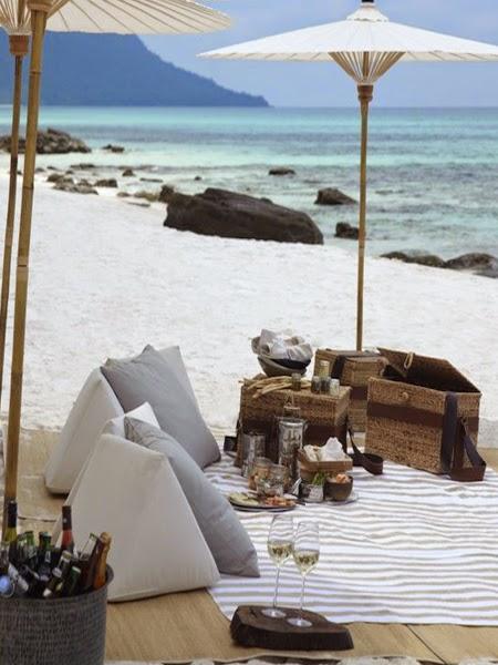 Jasny koc na plaży z widokiem na błękitne morze