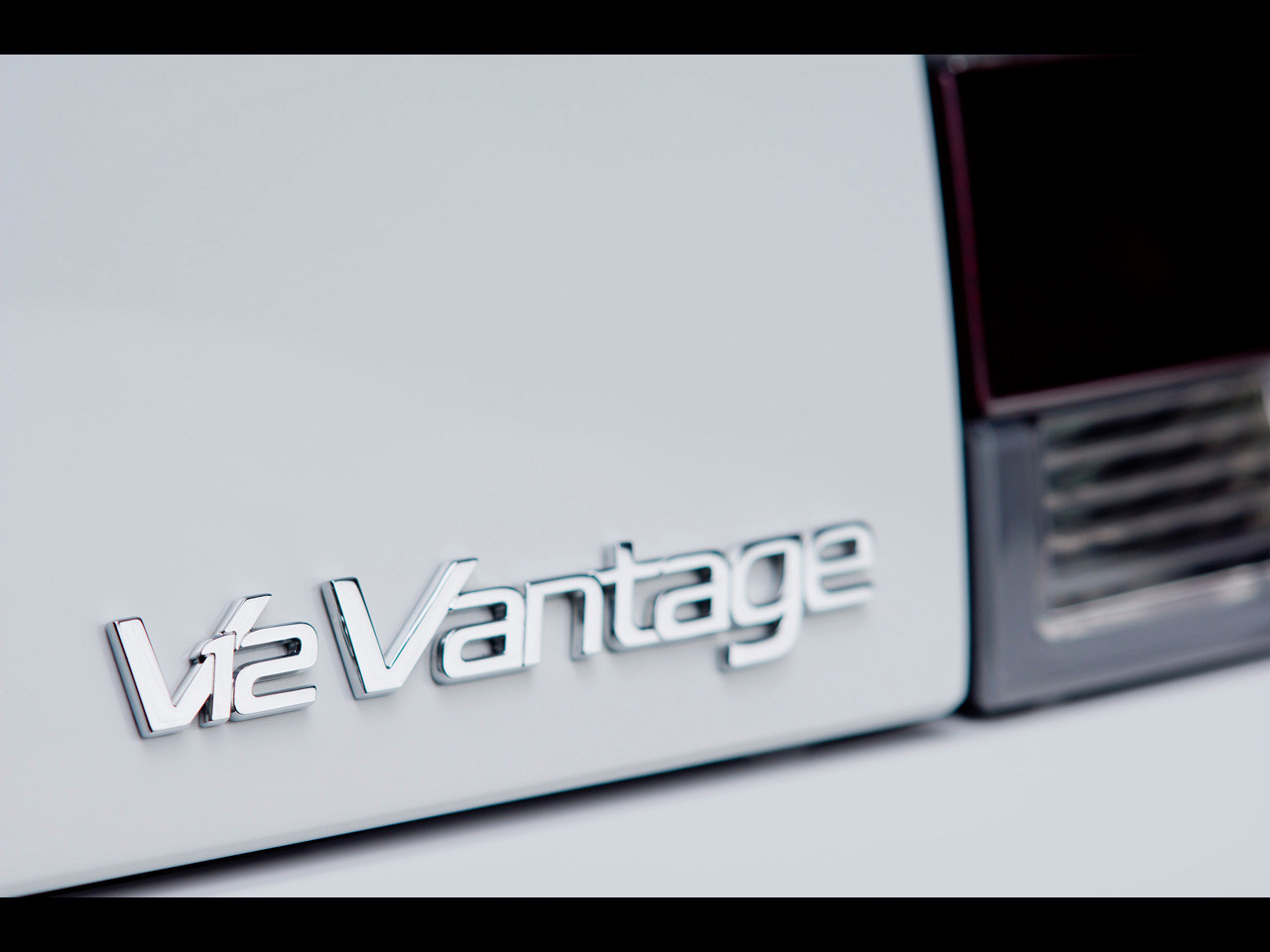 http://3.bp.blogspot.com/-2JBAA1yKgTs/UFmUNk5vBGI/AAAAAAAAAQ0/4cRNusajK3E/s1600/2012-Aston-Martin-V12-Vantage-Roadster-3.jpg