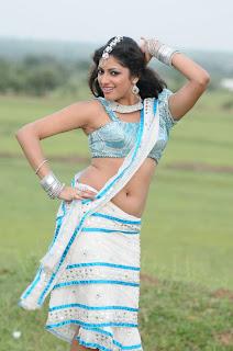 haripriya navel show hot saree