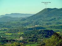 Vista cap al sud on destaca el Serrat del Vilar amb la Creu de la Miranda
