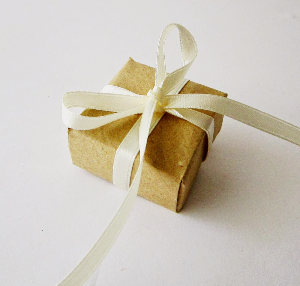 http://akamatras.blogspot.gr/2015/02/diy-origami-gift-boxes.html