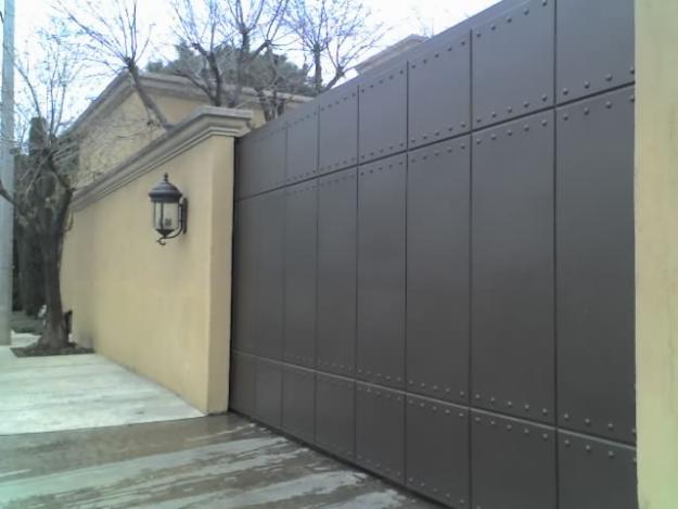Estructuras met licas anuncios luminosos puertas for Disenos de portones modernos
