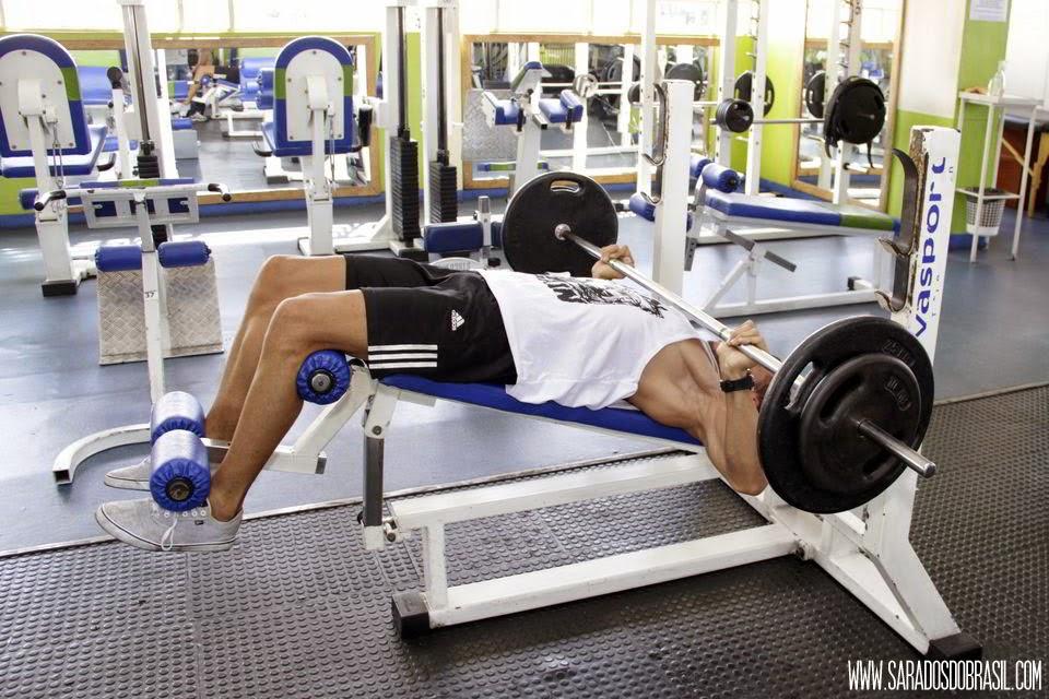 Supino declinado - 3 séries de 12 repetições - 70 kg - Foto: Marcos Januário