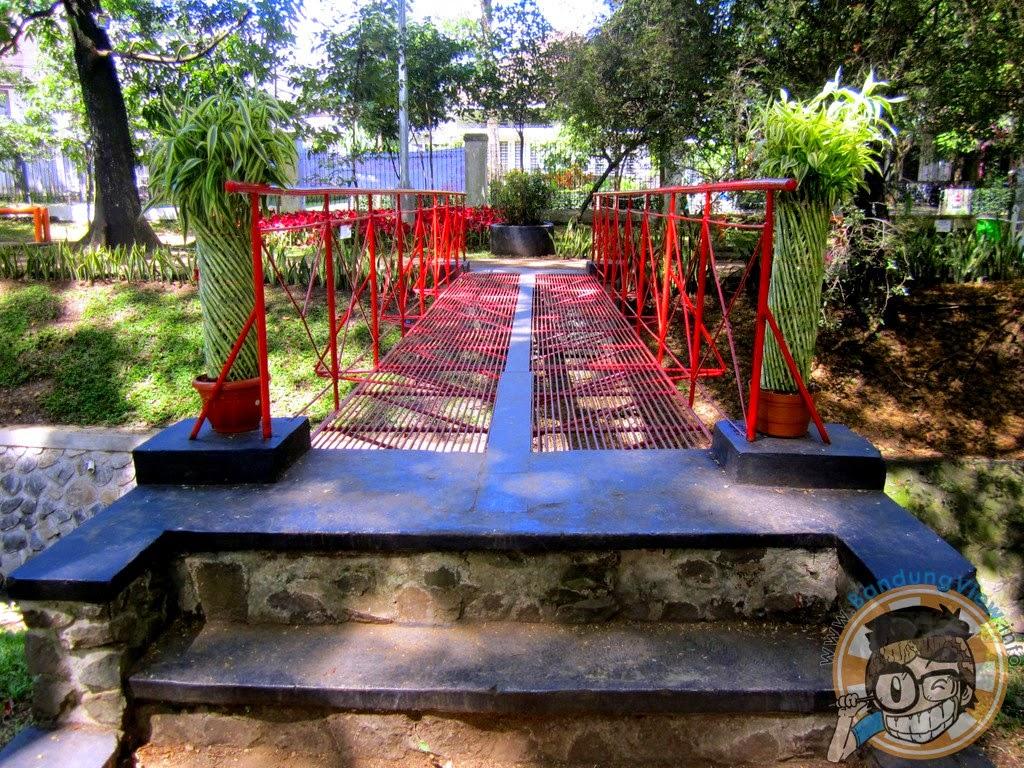 Jembatan merah -Taman pustaka bunga kandaga puspa