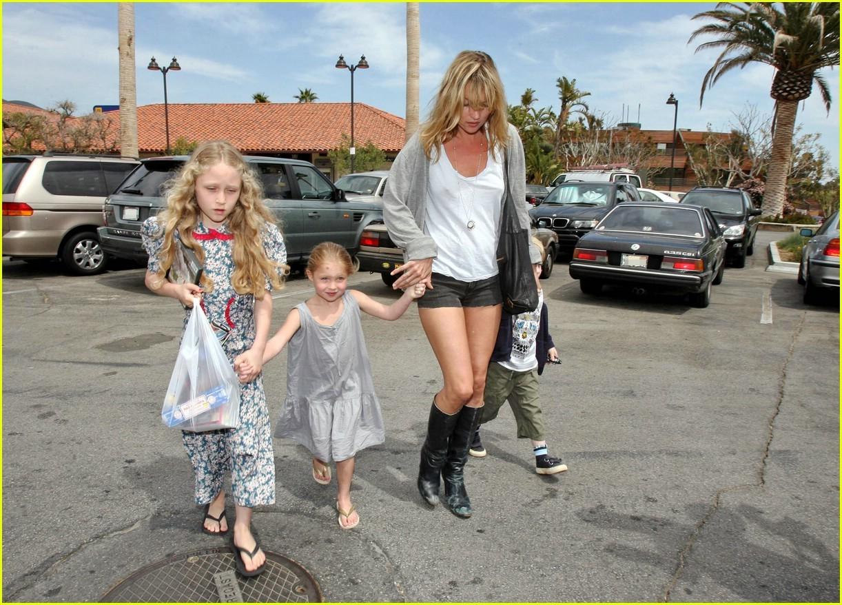 http://3.bp.blogspot.com/-2K6xm-26xFY/TnPSzEt99LI/AAAAAAAAUVU/ai9Ri-X7t4U/s1600/Kate-Moss-with-Lila-Grace-celebrity-kids-1036063_1222_878.jpg
