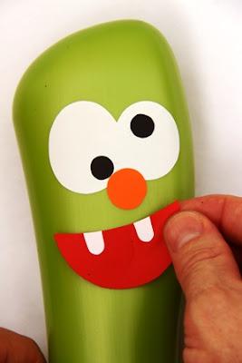 passo a passo de boliche reciclado com vidros de shampoo
