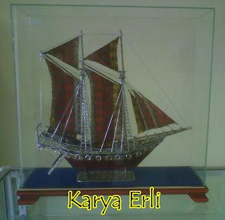 Miniatur Kapal Phinisi Lambo Unik dari Bahan Kain Songket Karya Erli