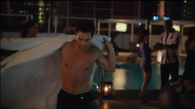 Ramo'n Rodri'guez Shirtless in Charlie's Angels s1e01