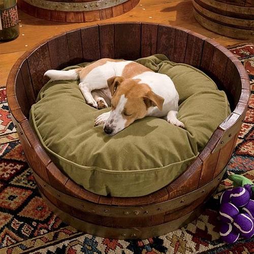 Cucha para el perro con barril de vino
