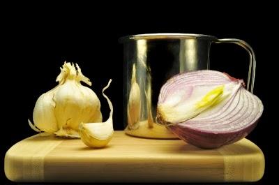 الثوم والبصل يفيدان فى القضاء على السموم الضارة من الجسم