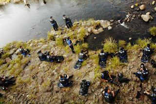 江汀村園遊會當天警力擴展至江汀川,民眾在警察環伺下戲水