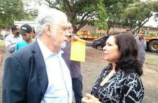 Durante encontro com o Governador Jaques Wagner a prefeita Karina Silva recebeu uma nova motoniveladora para Amargosa