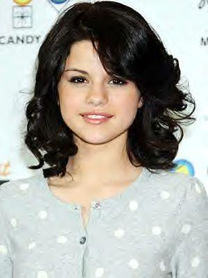 selena gomez hair short and straight. selena gomez short curly hair