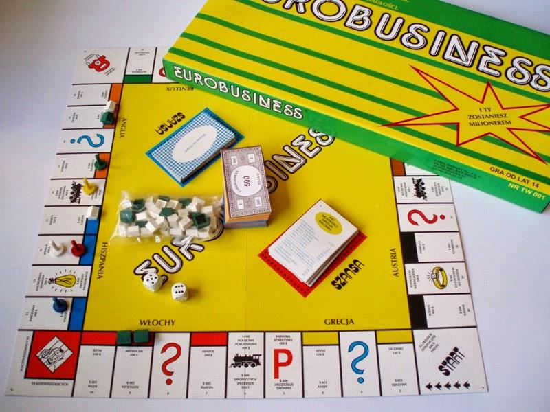 W różnorakich zestawieniach, czy to książkowych, muzycznych czy właśnie planszowych, przychodzi czas na zestawienie kilku pozycji, które każdy z nas zna, i miał okazję grać, albo chociaż o takich słyszał. Najłatwiej zadać pytanie Z czym kojarzą Ci się gry planszowe? Zwykli ludzie, którzy grają kilka razy w roku odpowiedzieliby, że szachy, warcaby czy Monopoly, kompletni maniacy wymieniliby tytuły, których większość społeczeństwa nie zna i nie będzie im dane pograć. Będąc małym brzdącem rodzice często zasiadali ze mną i moją siostrą do stołu by chwilę pograć i spędzić razem bardzo miły czas. To zestawienie nie pokazuje tylko gier planszowych i karcianych, to moja osobista lista gier, w które grałem 10 i więcej lat temu. Z kolegami, z siostrą, z Lubą czy z kumplami. Gry młodej młodości :) Zapraszam!     Czy ktoś tego nie zna? Polska odmiana Monopoly, w które zagrywa się pół globu, a jego popularność nie maleje ani trochę. Erobussines był jego tańszym odpowiednikiem, które miało w domu większość dzieciaków, których rodzice chcieli trochę nauczyć o wartości pieniądza :D Wszyscy kombinowali jak ograbić pozostałych graczy, nie tracąc przy tym ani centa. To chyba jest gra, przy której można stracić sporo włosów na głowie, a nerwy zszargać sobie naprawdę mocno, no bo ile kłótni było podczas rozgrywki? Nie zliczysz! :D     Grzybobranie to chyba pierwsza gra planszowa w jaką miałem okazję zagrać. Gra banalnie prosta, jednak dla małego dziecka to było niezwykle trudne wyzwanie, a wyobraźnia dodatkowo robiła swoje, przez co rozgrywka stawała się niezwykle interesująca :D No bo jakie dziecko nie chciałoby przeżyć magicznej przygody w lesie, gdzie czeka sporo niebezpieczeństw, a warunkiem zwycięstwa jest największa liczba zebranych grzybów?               Bierki uczą cierpliwości i koncentracji. Z mamą chyba nigdy nie wygrałem, bo moja cierpliwość z okresu dojrzewania czy wchodzenia w wiek zakończony -naście była, hm, jakby to powiedzieć.. znikoma :D Moje trzęsące się dłonie wcale