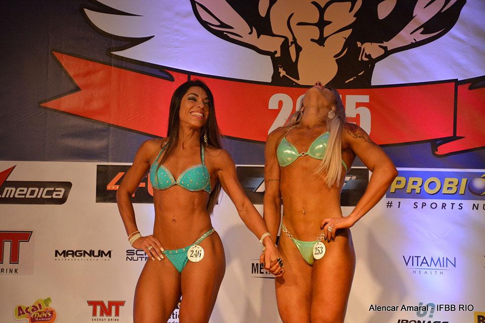Carla Carra e Taiane Américo aguardam o anúncio da vencedora. Foto: Alencar Amaral