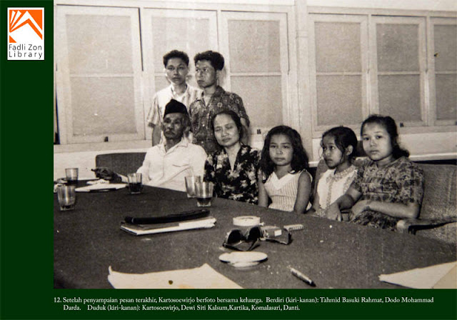 Setelah Menyampaikan Pesan Terakhir, Kartosoewirjo berfoto bersama Keluarga