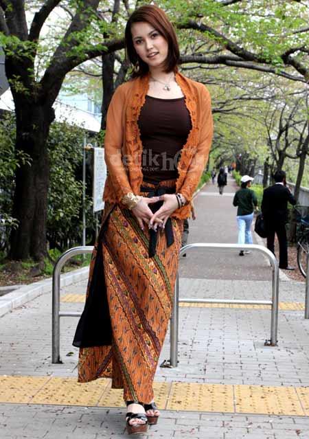Si Cantik Maria Ozawa in Batik 01