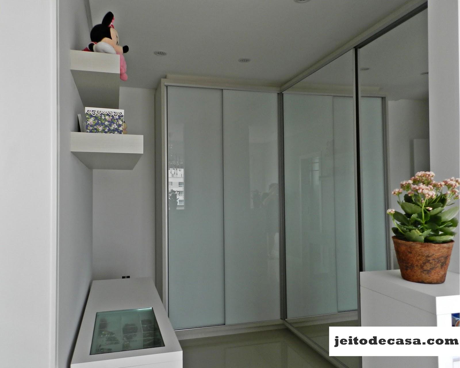 Armário com duas portas de correr espelhadas e uma terceiraporta em  #6B4128 1600x1280 Armario Banheiro Usado