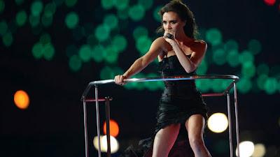 A Spice Girl Victoria Beckham e seu vestido mullet preto - obra do estilista Giles Deacon