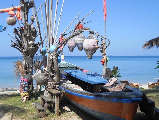 Ресторан в виде лодки. Остров Ко Ланта. Таиланд