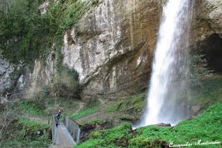 Salto de agua de Kakouetta y el puente que pasa bajo el agua.