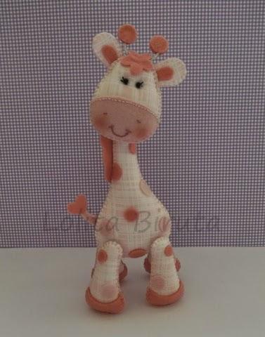 Girafinha cor de rosa em feltro e tecido para decoração de quarto de bebê