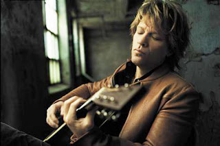 Jon Bon Jovi tocando violão