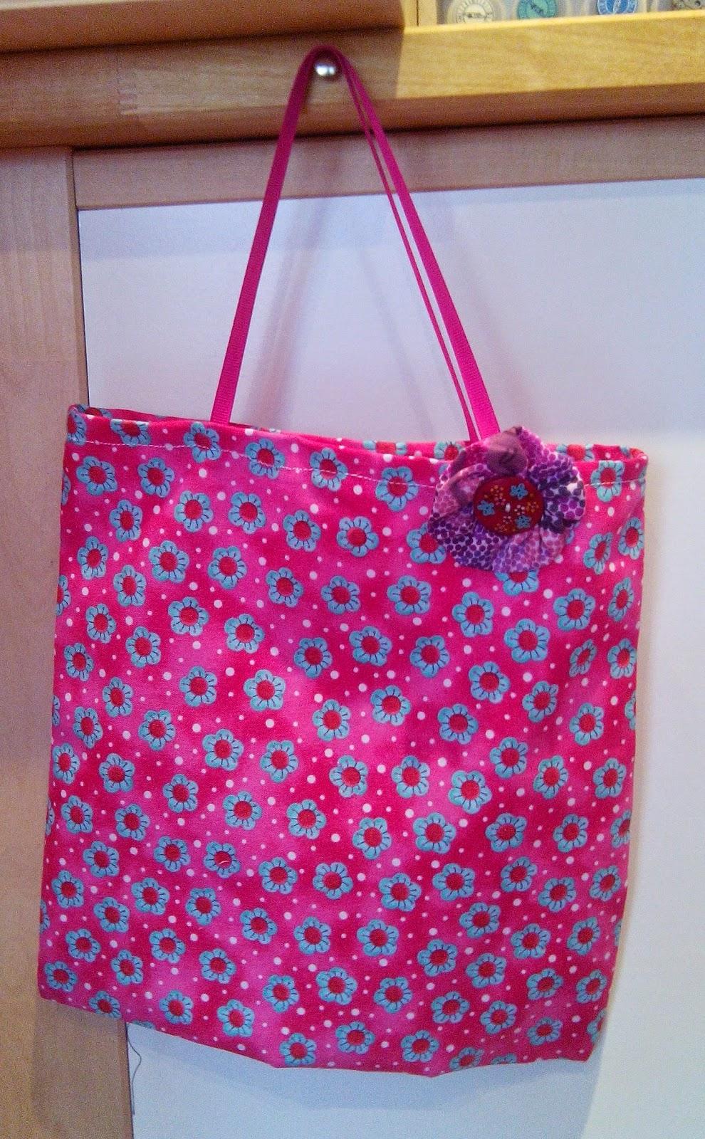 Couture en atelier tote bag rose avec fleurs bleues