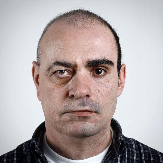 Ulric Collette fotografia surreal photoshop retratos genéticos família rostos misturados autorretratos Pai/Filho - Laval (56 anos) e Vincent (29 anos)