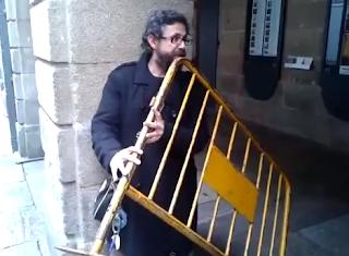 Músico toca flauta com uma grade