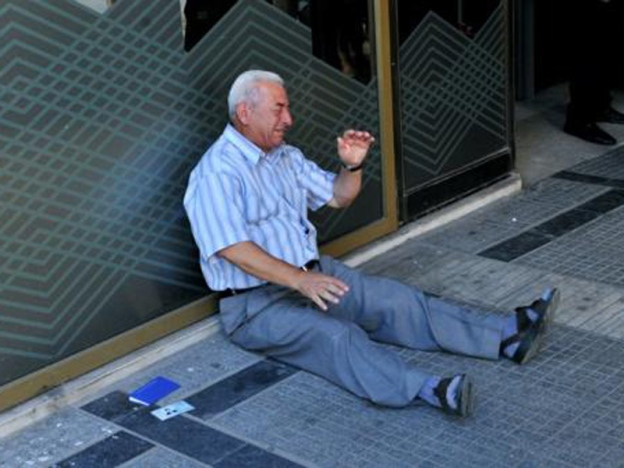 Pesara menangis gagal keluar wang di Greece