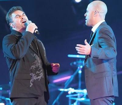 Manuel Mijares cantando en concierto con Gian Marco