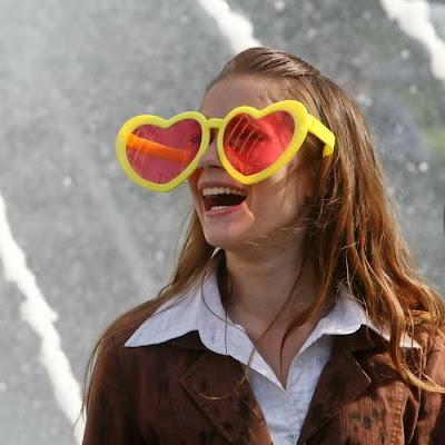 Фото Укринформ:девушка и розовые очки