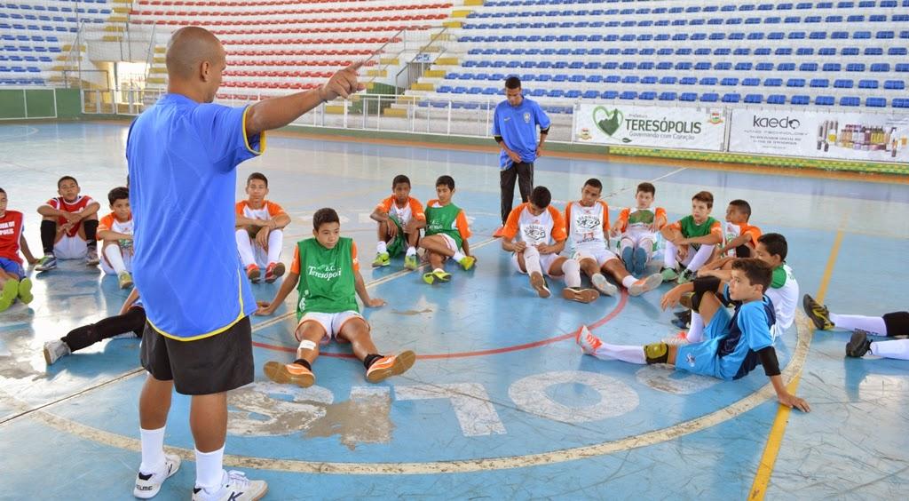 Imagens da equipe sub-14 do núcleo de futsal da Secretaria Municipal de Esportes e Lazer