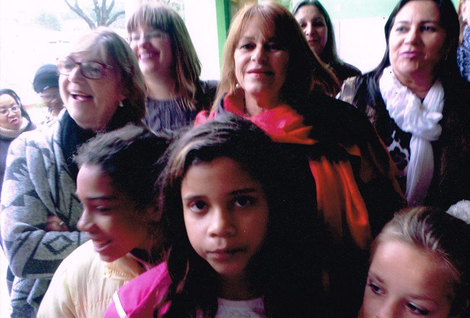 Alunos e professores da Escola Arnaldo Faria