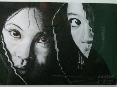 Dos rostros de mujeres asiáticas envueltas en velos, a carboncillo