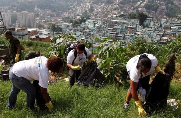 As Agentes de Saúde Rosane Landy, Maria Helena de Lucena e Rosângela Malaquias flagradas pela fotógrafa Janaína Carvalho/G1 com a mão na massa! Diversos outros funcionários também colaboraram.