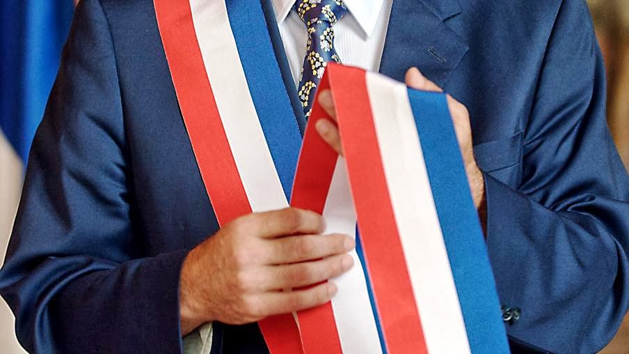 député honoraire et écharpe