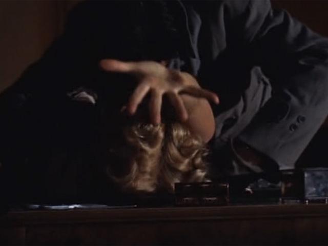Escena de Crimen perfecto en la que Grace Kelly es atacada.