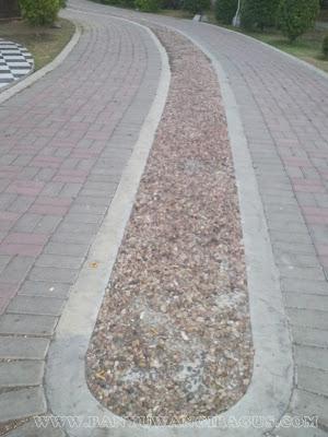 Batu untuk pijat refleksi kaki (reflection stone) di Taman Sritanjung.