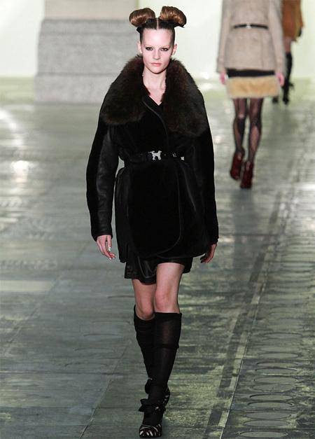 Những mẫu áo khoác lông đẹp hot nhất trên sàn diễn thời trang