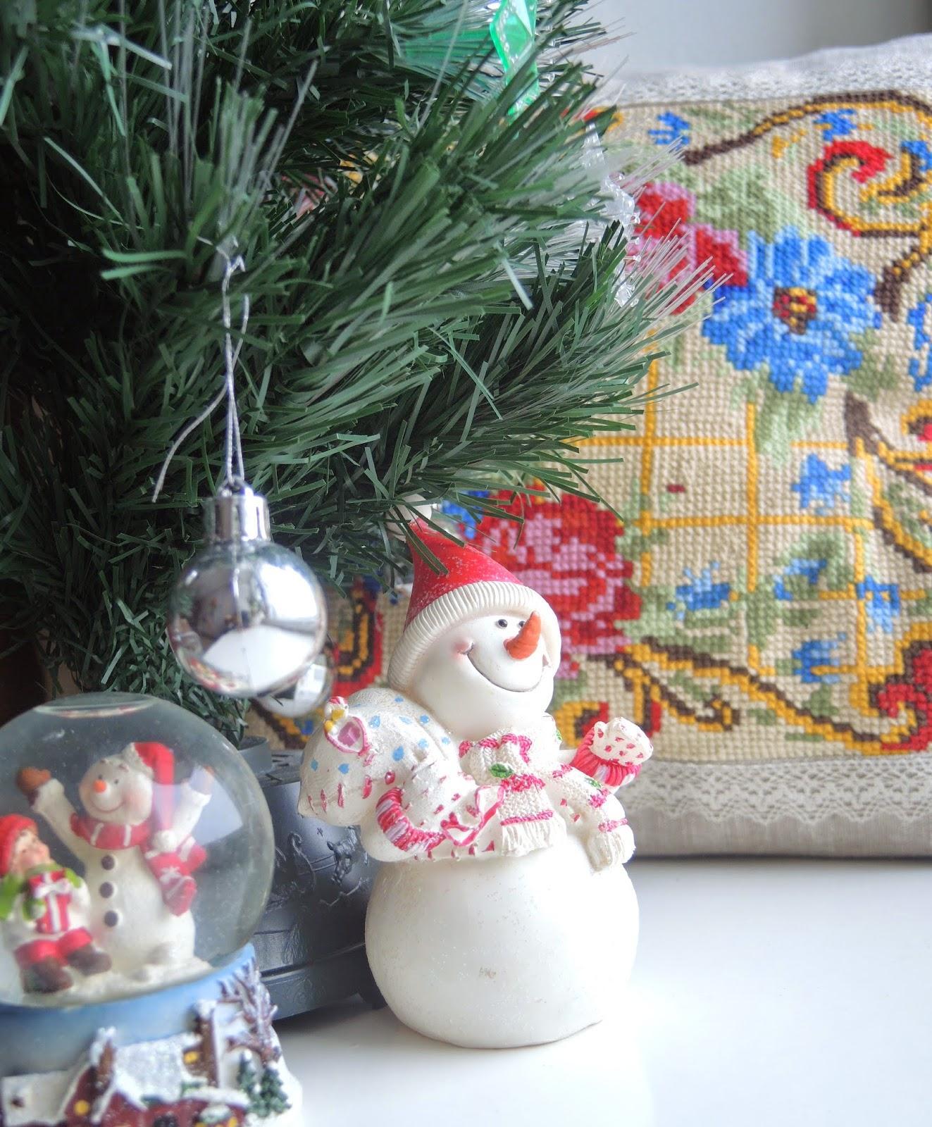 vishivca-podushca-jpg-подушка сшитая своими руками с вышивкой лен кружево натуральный цвет яркая вышивка